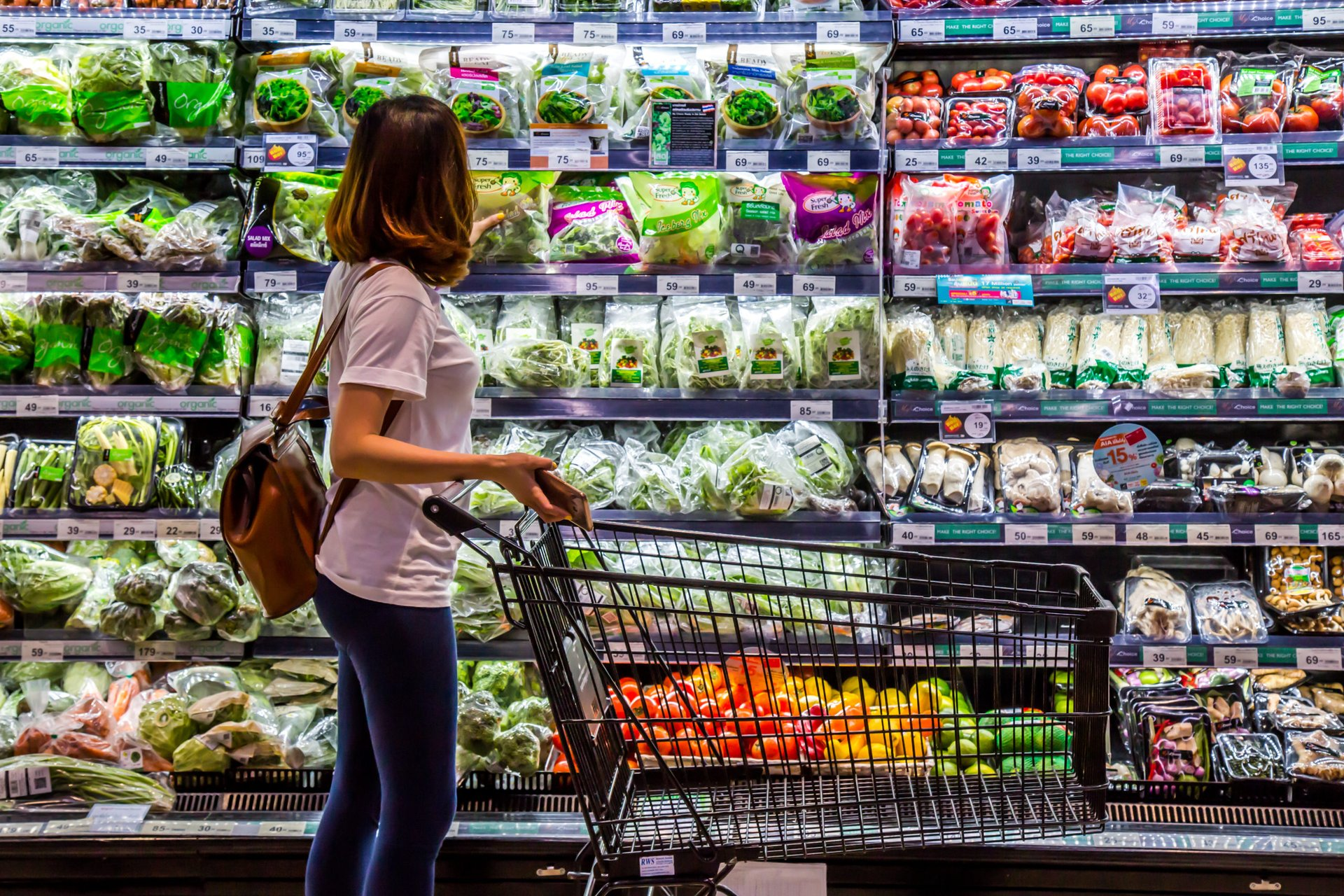Woman shopping for produce wants to save with grocery cash back rewards