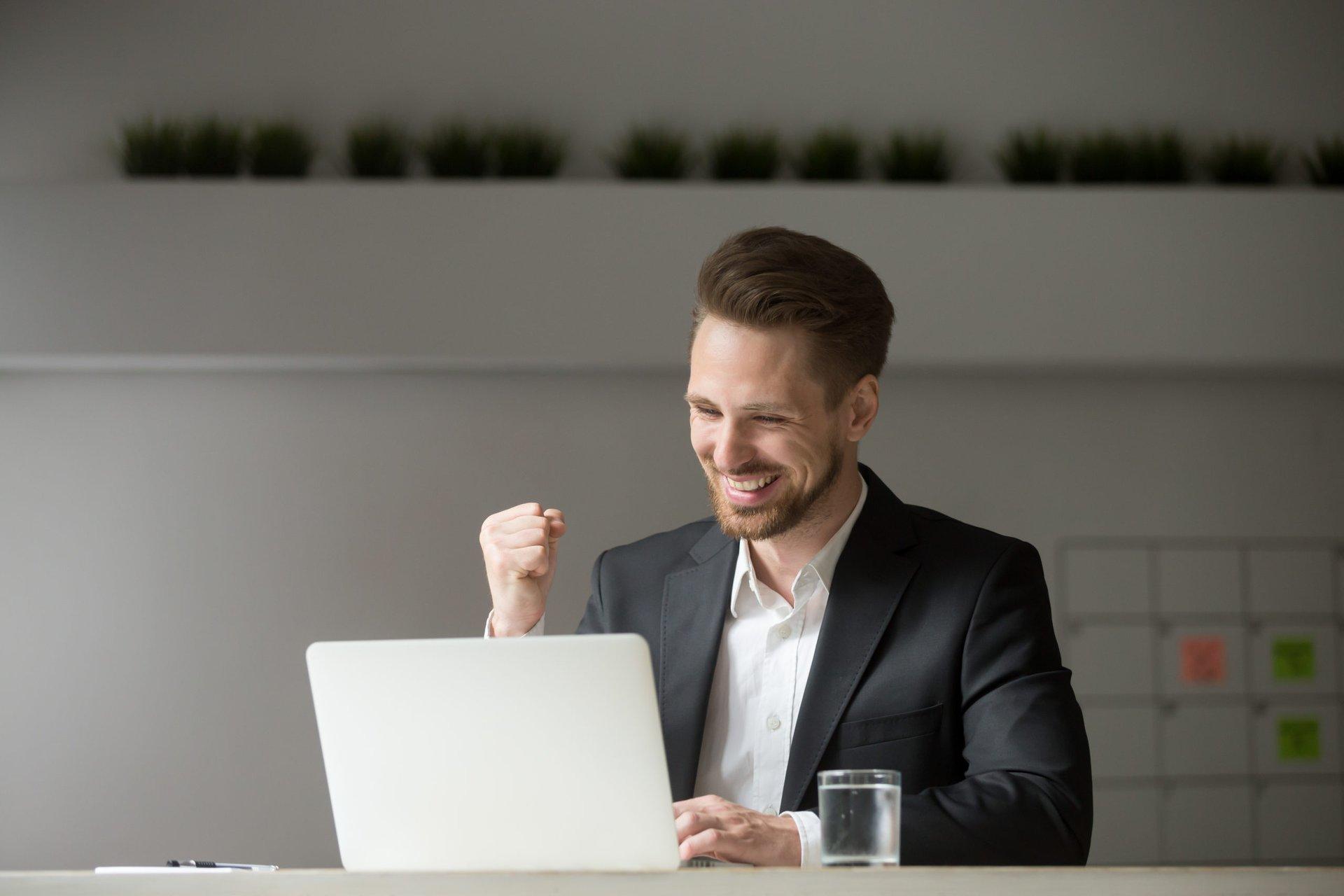 Man investing online