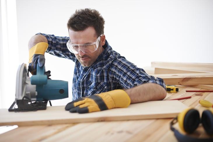 Man using skill saw