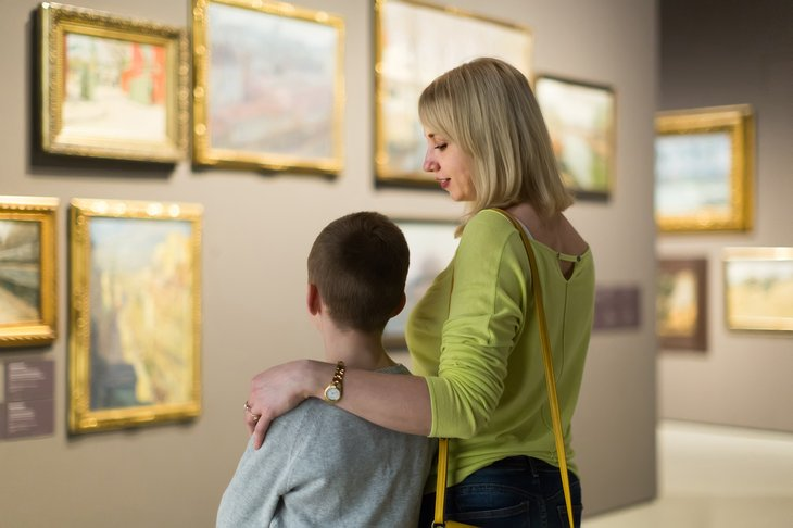 museum mother and child