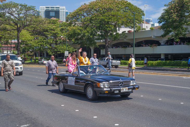 Hawaii governor Ige in a convertible.