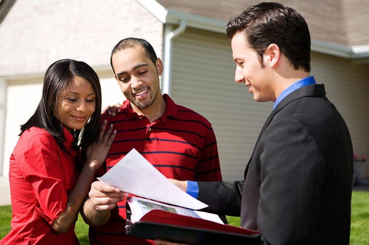 Homebuyers talk to agent