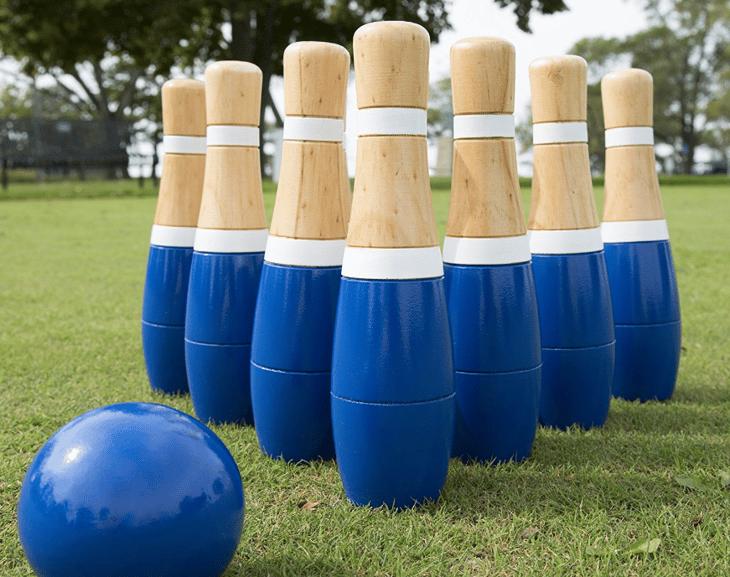 Lawn bowling set