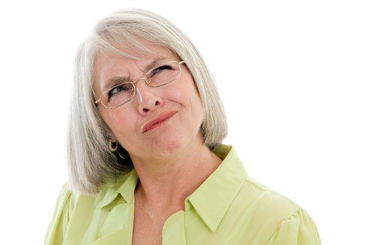 Mujer mayor confundida