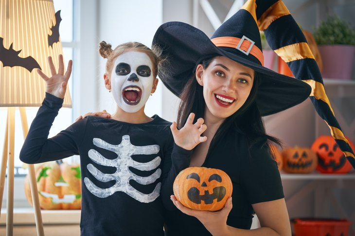 Halloween mom and daughter