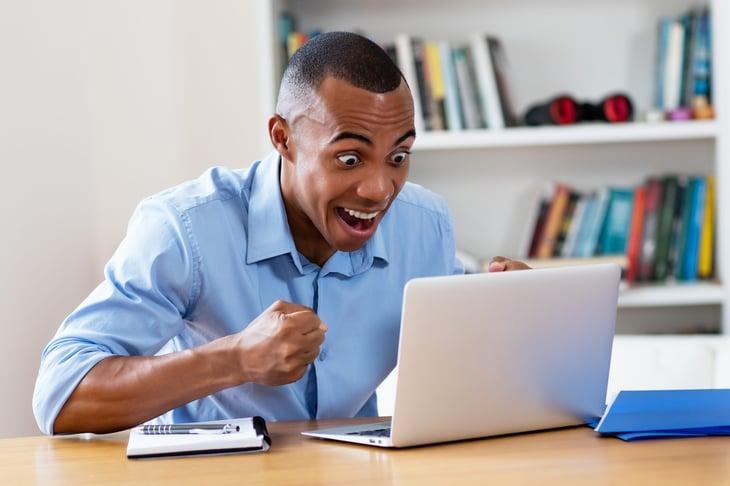 Acheteur en ligne heureux