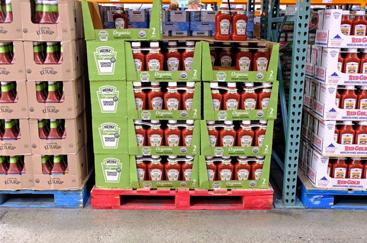 Ketchup Heinz en un pasillo de condimentos de Costco
