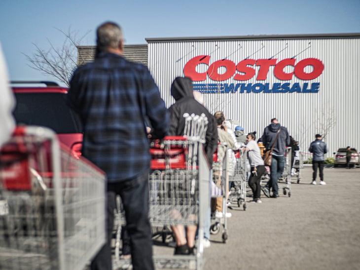 Línea de compradores con carritos en Costco
