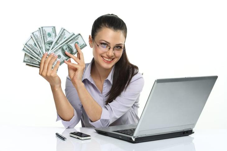 Femme w ordinateur portable