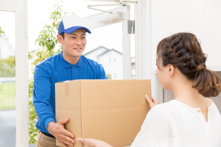Delivery driver picking up package