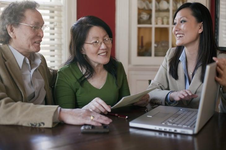Pareja de ancianos con planificador financiero
