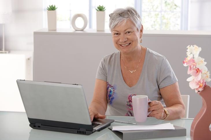 Senior en una computadora